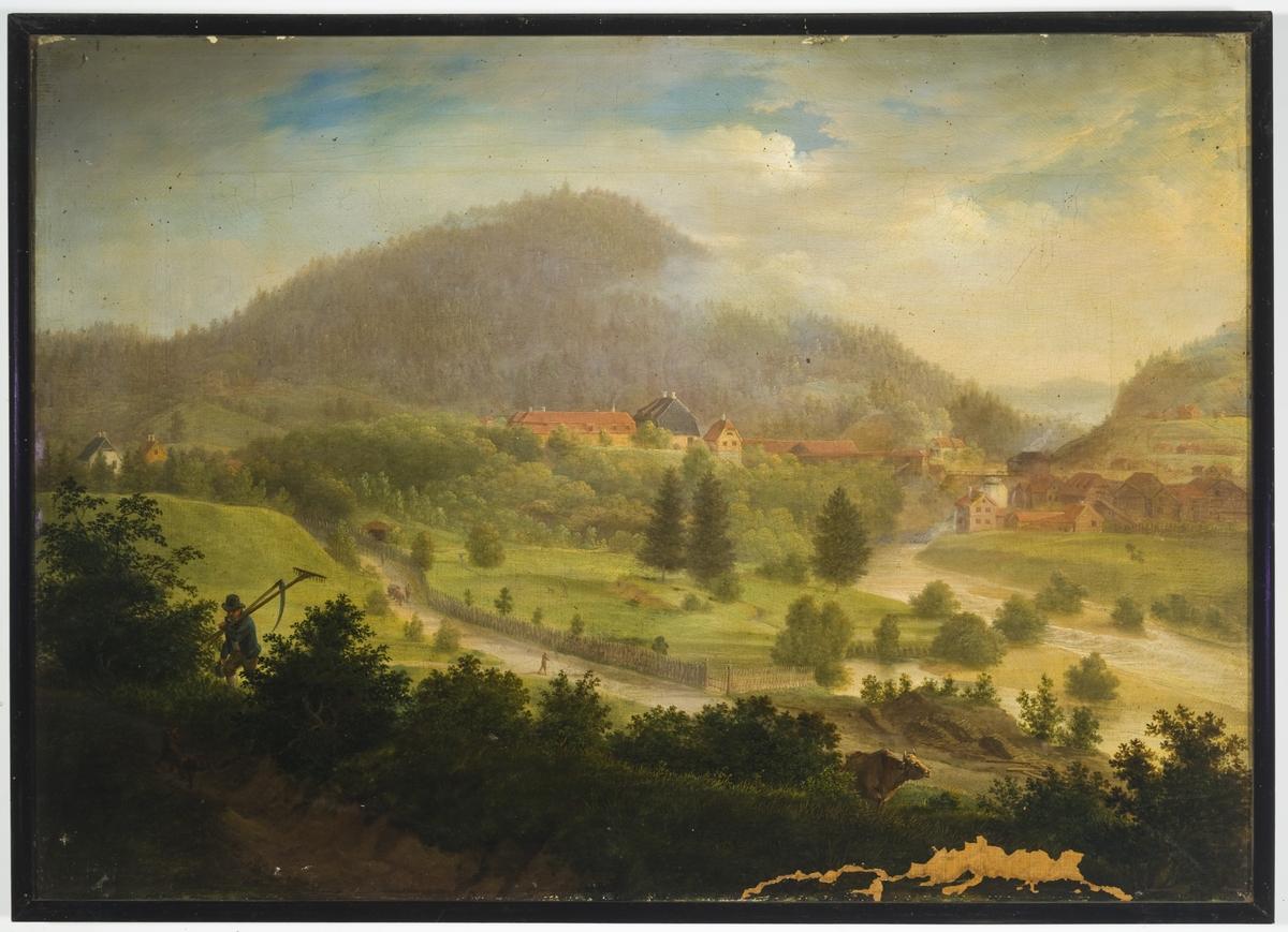 Landskapsmotiv med grønne marker, elv og skogkledde fjell. Bebyggelse for husholdning og produksjon av jern. I forgrunnen dyr og en person med jordbruksredskaper på skulderen.
