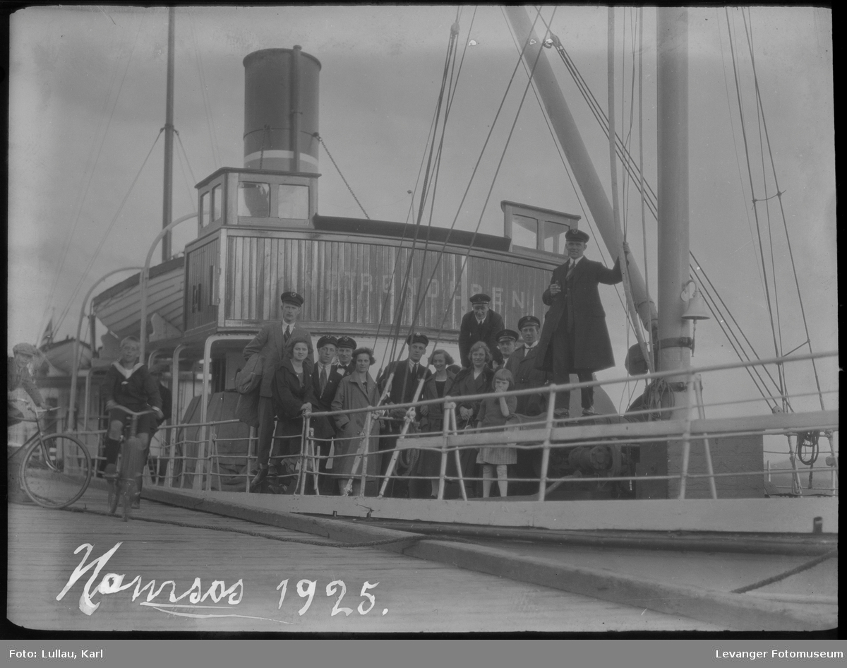 Sverres turnforening på tur i Namsos , med båten Nordtrønderen Karl Lullau til høyre, Ludvig Floan i midten.
