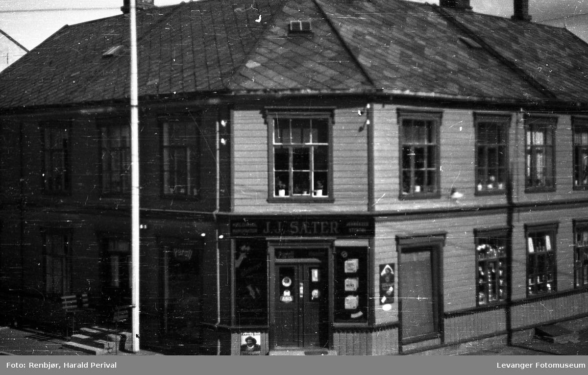 Butikken til J.J Sæter hjørnet Brugata og Håkon den godes gate.