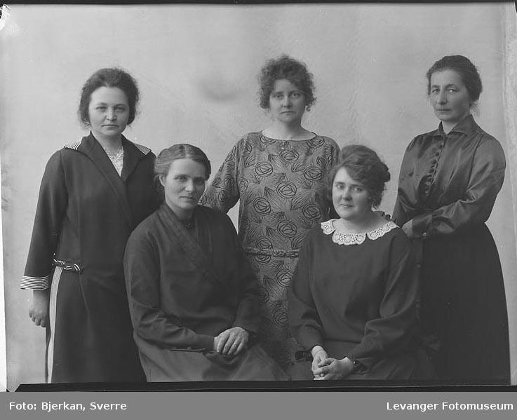 Gruppebilde av fem kvinner en av dem har Etternavnet Rinnan fornavn ukjent