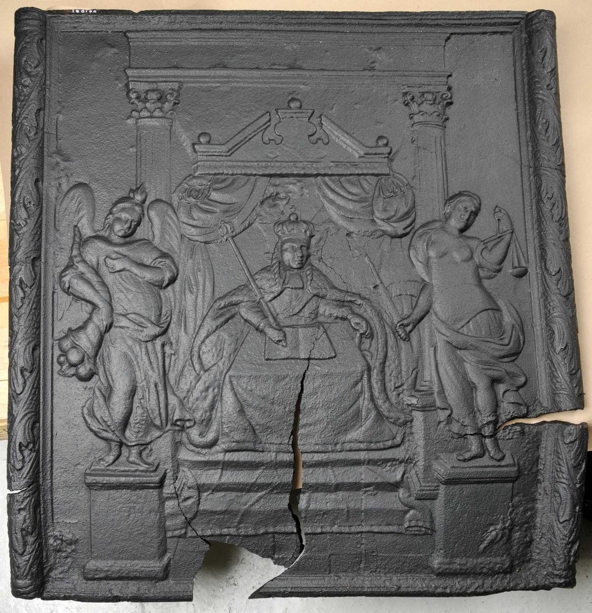 I sentrum sit ein konge med septer, til venstre ein engel med overflødighetshorn. Til høgre ein figur med vekt i eine handa og sverd i andre handa. Kongen sit i ei trone.