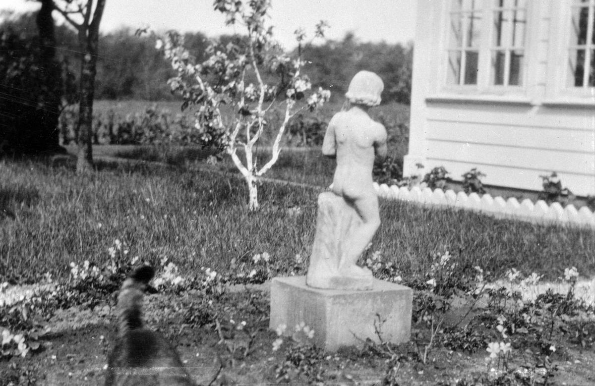 Staty i trädgården