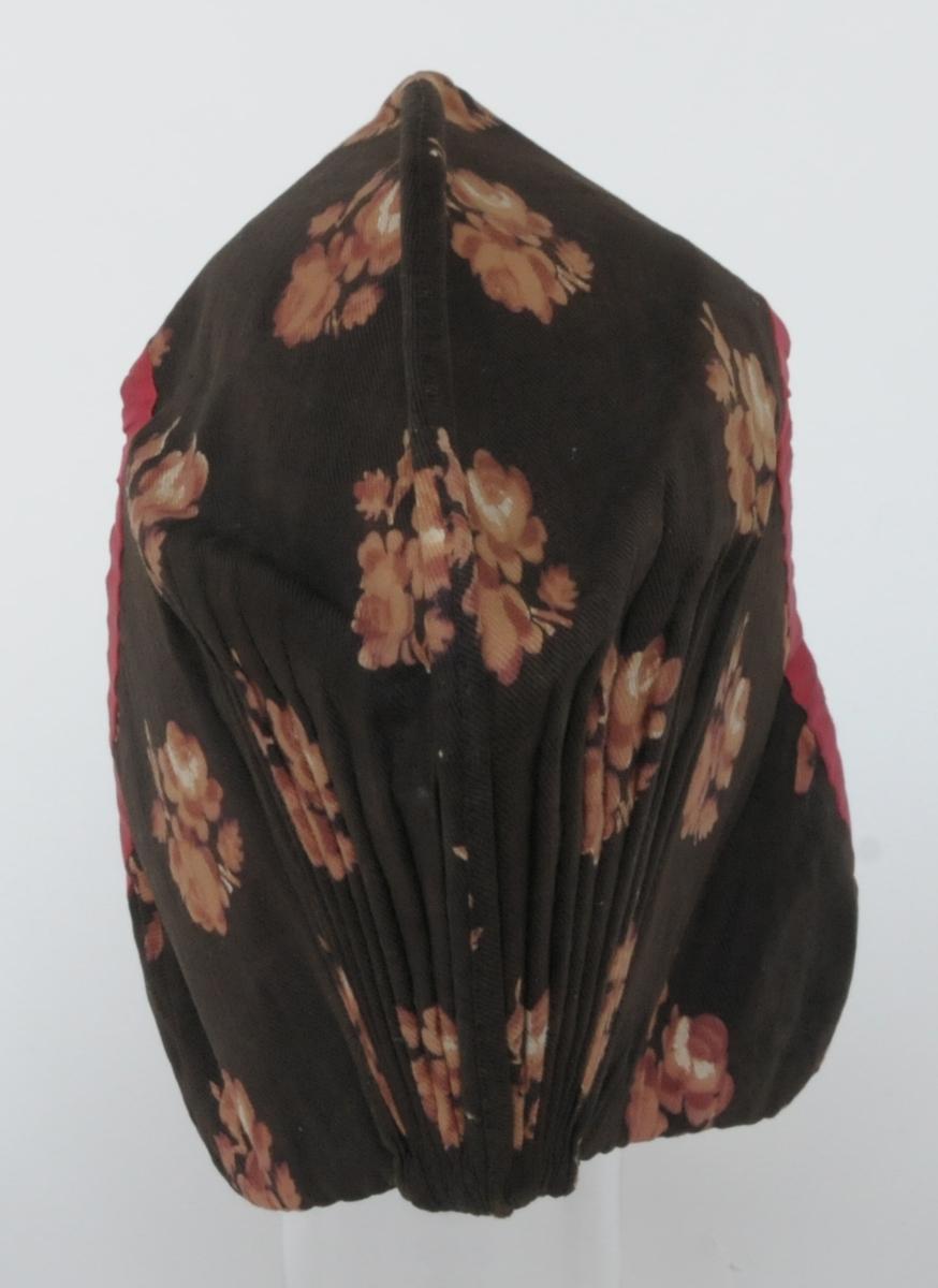 Mössa för kvinna, av bomull. Brunbottnad med blommönster i blekt brunrosa.