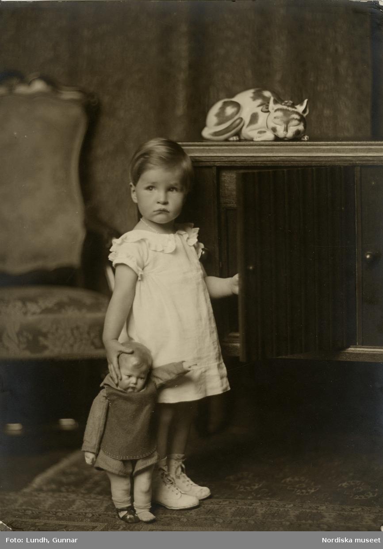 Porträtt av okänd flicka med docka. Varuhuset Wertheims porträttateljé, Berlin.