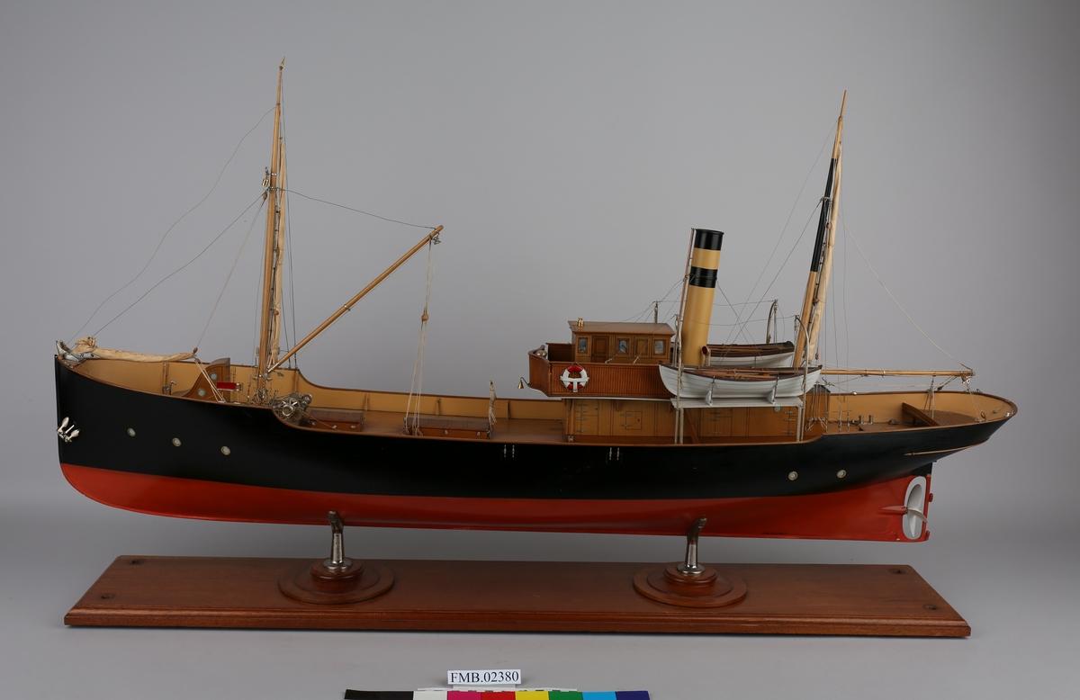 Modell av isdamper med rigg og to livbåter, bygget i tre. Montert fast på stativ i tre med to metallben.