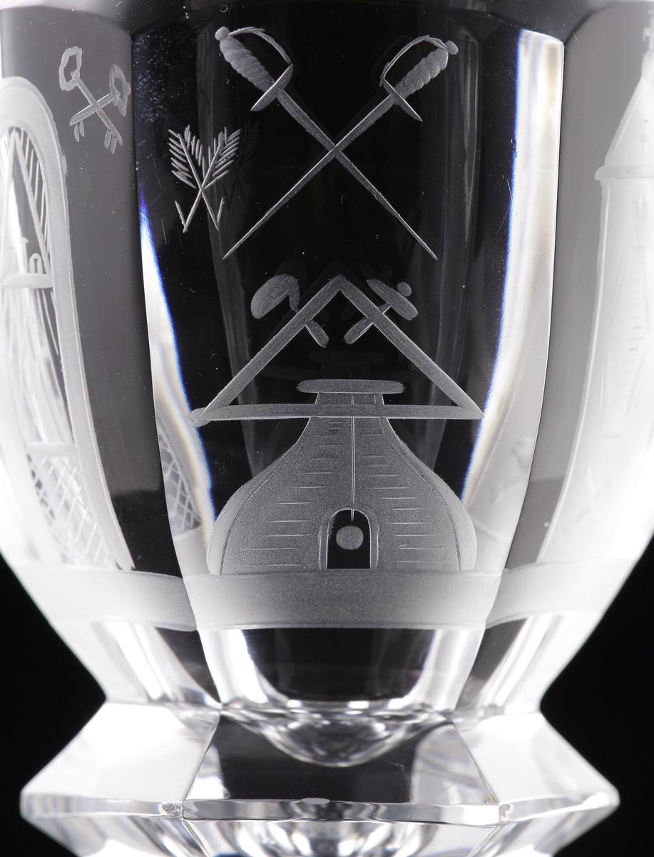 Vinglas.  Kupa, ben och fot är facettslipat.  Graverad dekor av frimurarsymboler på kupan.