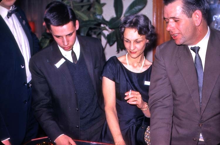 Personalfest 16 februari 1963 på Fars hatt i samband med flytt. Festdeltagare Mrs. Rector.