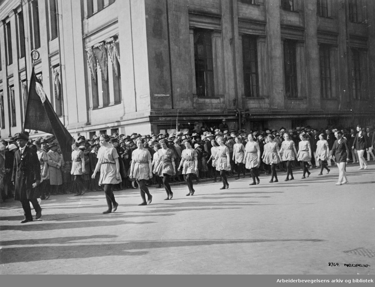 1. mai 1927. Arbeidernes Turnforenings dametropp i toget som svinger inn på Karl Johans gate fra Universitetsgata.