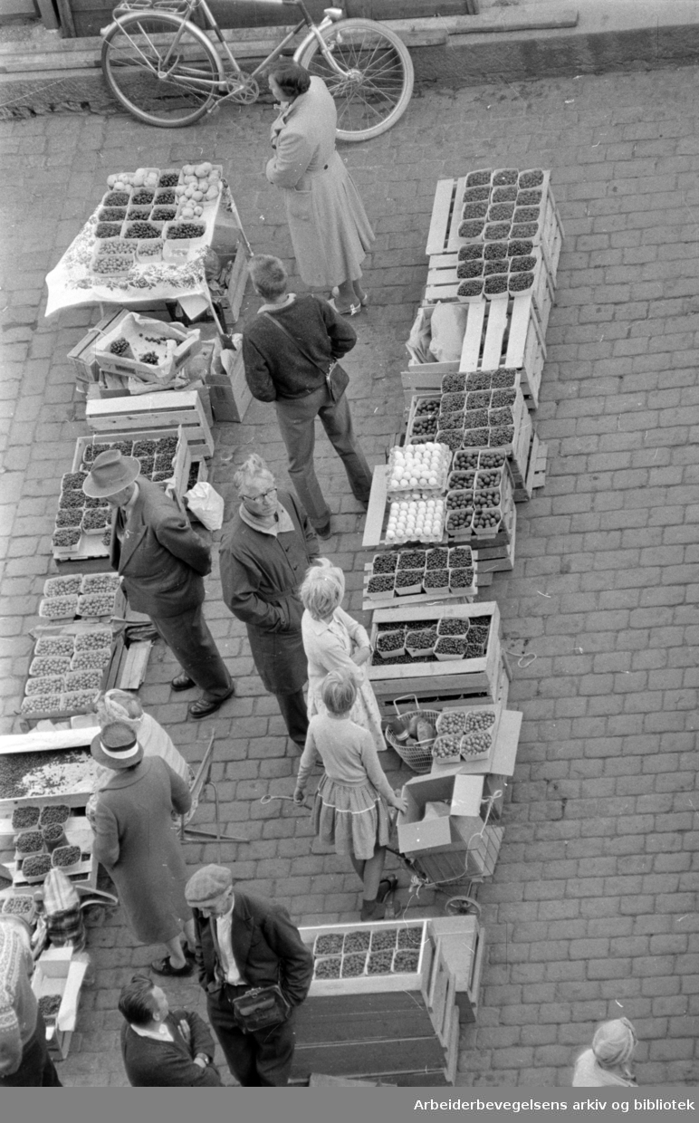 Youngstorget: Torgsalg. August 1961