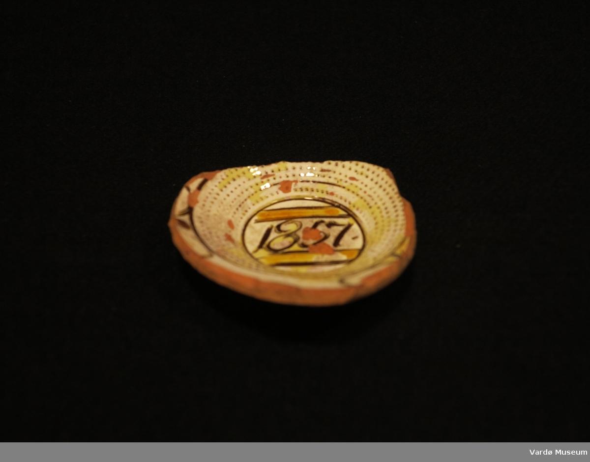 Del av skål, Keramiske glasur datert 1857.