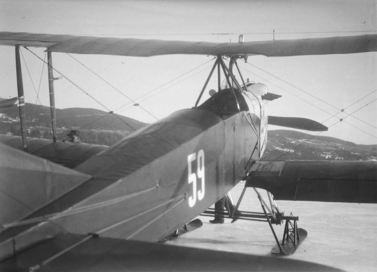 Fly, type Biplan, på Mjøsisen ved Vingnes.