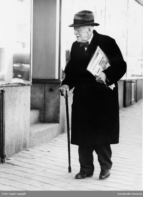 F d bokhandlare Janne Sunesson på äldre dar. Han drev Sunessons Bokhandel belägen i Handelsbankens fastighet, hörnet Storgatan - Vängåvan. Janne Sunesson övertog C O Collins bokhandel redan 1893 och drev bokhandel under eget namn till omkring 1954 då bokhandlare Arne Jonzon tog över verksamheten.