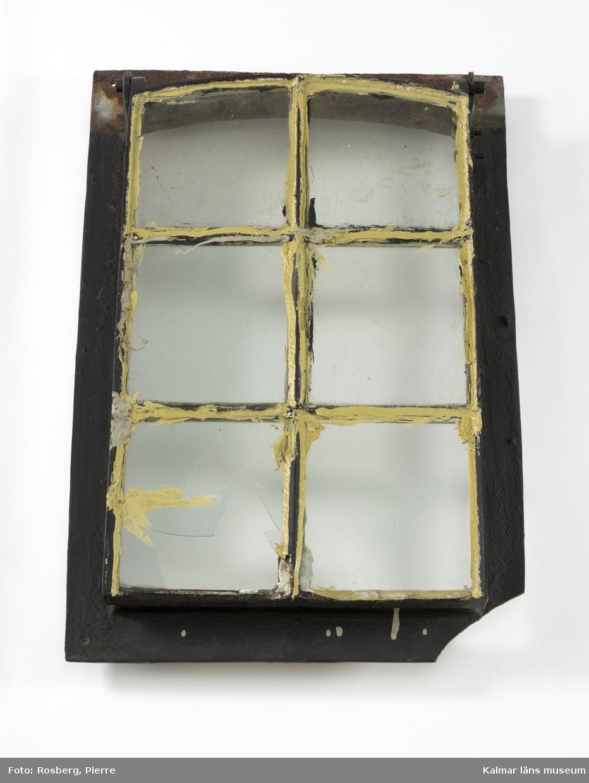 KLM 46135. Fönster, takfönster. Runtom en järnram med hål i hörnen för fastsättning. Fönsterbågen är indelad i 6 stycken glasrutor med metallspröjs. En av rutorna är trasig. Fönsterbågen har varit fällbar med gångjärn vid ena kortsidan.