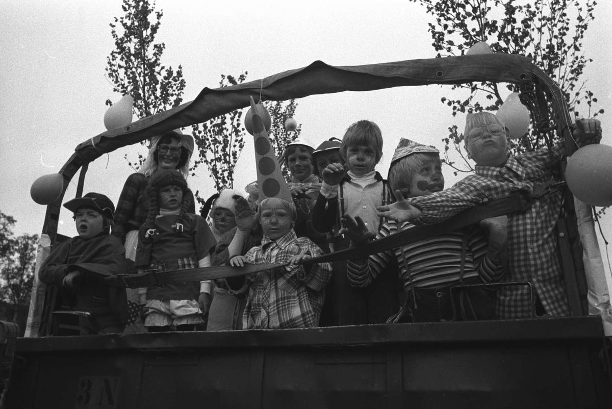 Utkledte unger bakpå en militær lastebil.