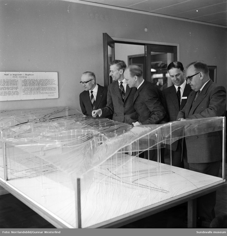 En grupp herrar i kostym vid någon slags visning/möte på Bergeforsens kraftverk.