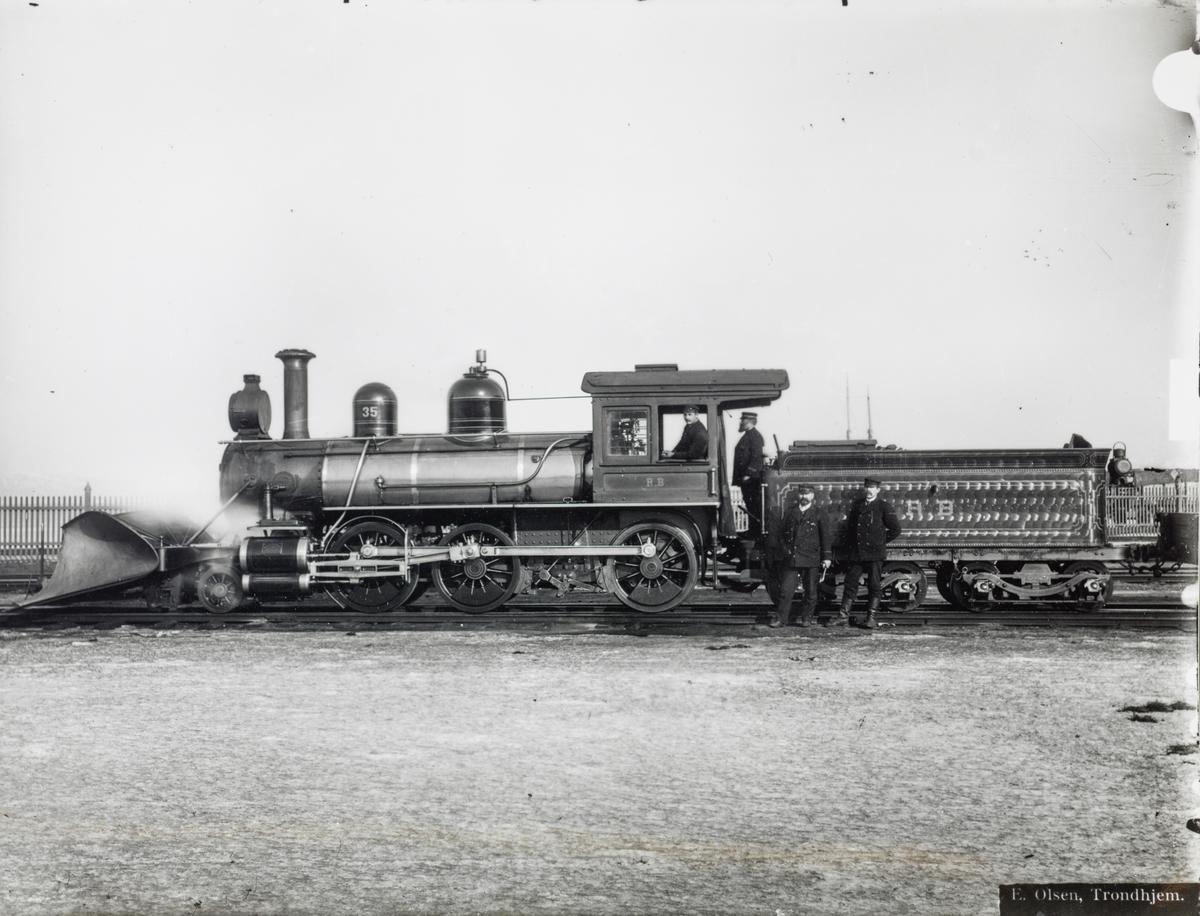 Smalsporet damplokomotiv type XVIII nr. 35. Lokomotivet ble levert til Rørosbanen i 1896.