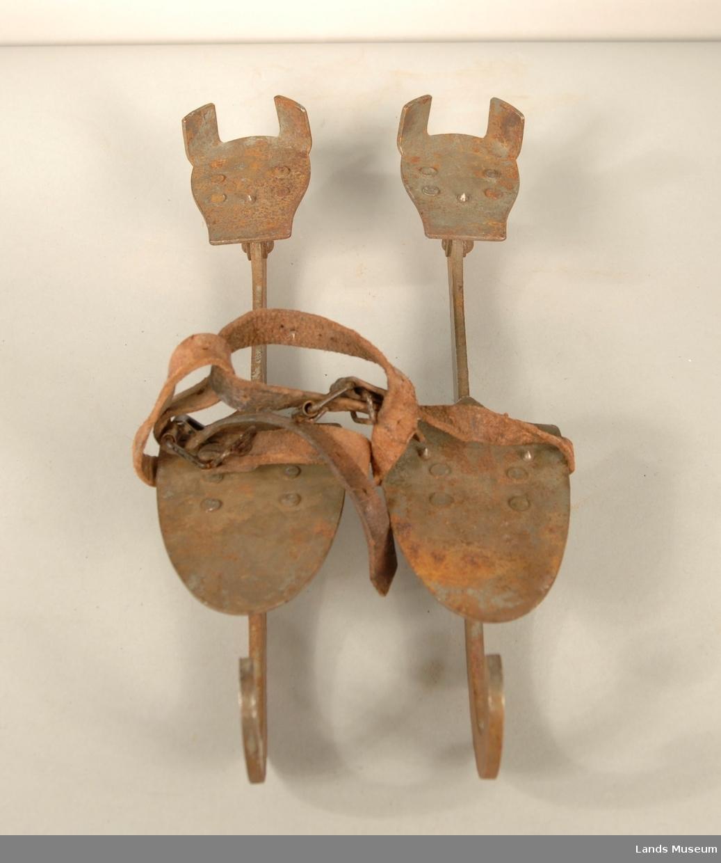 1 par skøyter til å festes utanpå sko. Str. 27. Festes til skoen med lærreimer.