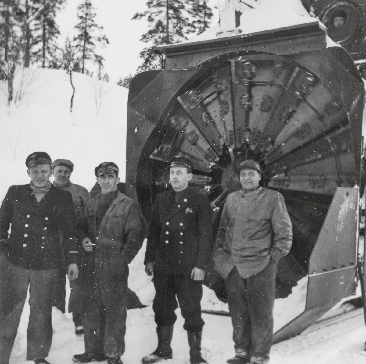 Jernbanepersonale foran dampdrevet roterende snøplog type III på Nordlandsbanen.