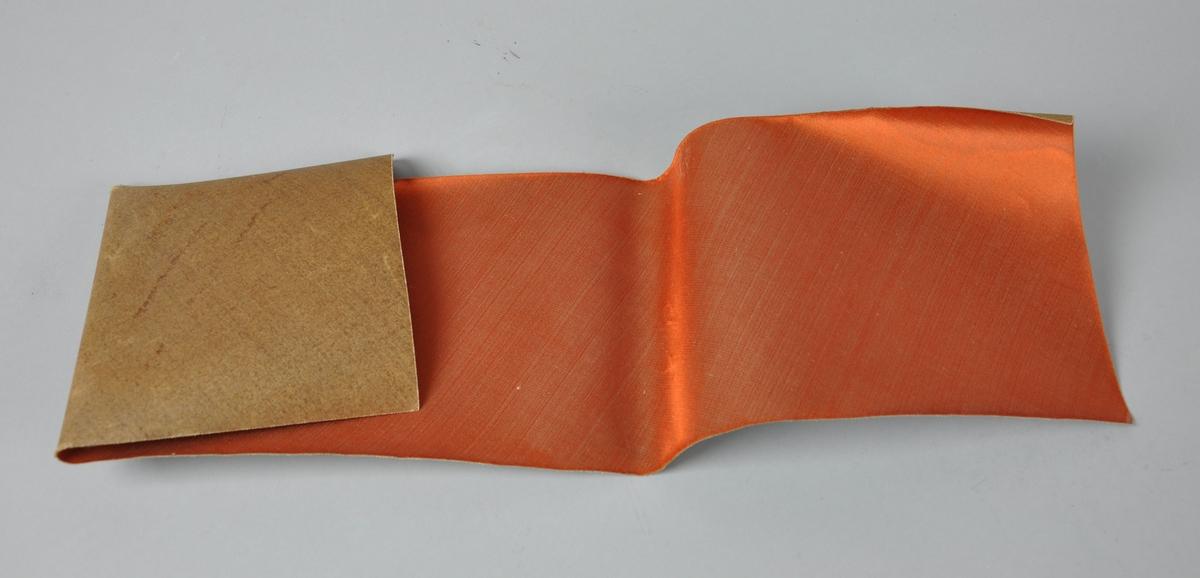 Rems med oransje silke til hatt.