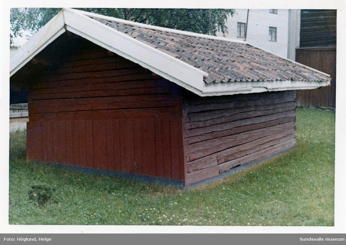 En serie bilder på gamla byggnader i kvarteret Västkilen vid Sidsjövägen-Åkanten. Bland annat vinfabriken (bild 7) som senare flyttades till Norra berget, gamla uthusbyggnader som tillhört Bills färgeri och bostadshus (bild 11-12) som varit tjänstebostäder till vinfabrik/färgeri (?). Härbret på bild 5-6 är bevarat men flyttat till innergården vid SCA R&D Centre som numera (2018) ligger på platsen.