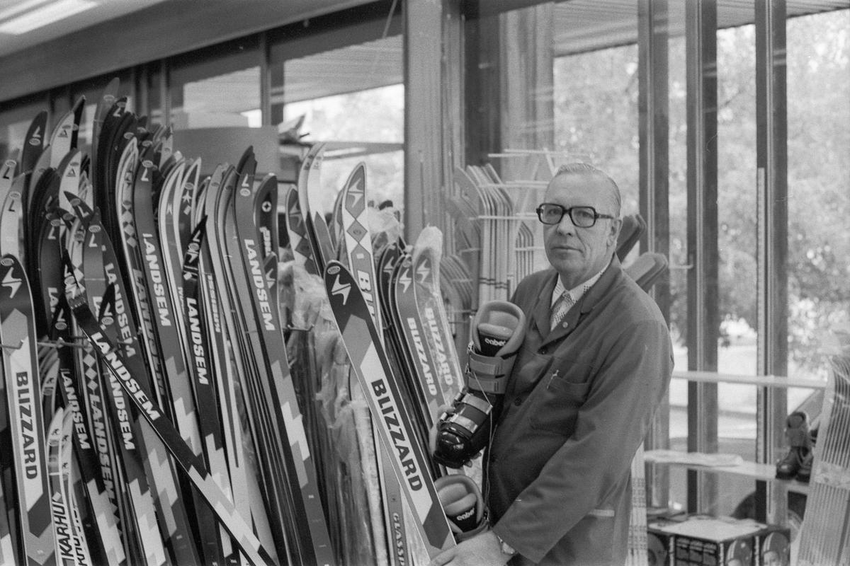 Follo Sport i Drøbak. Erland Pedersen med skiutstyr. Fotograf: ØB Siv