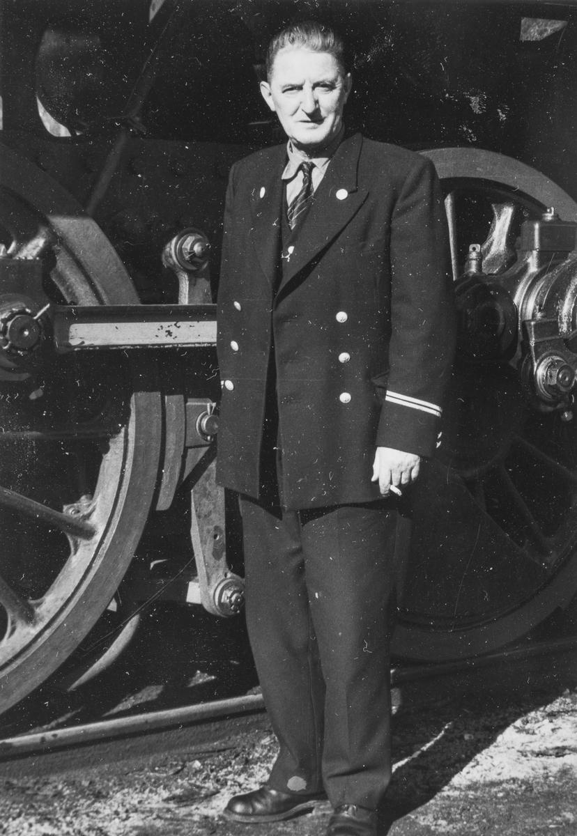 Lokomotivfører Gustav Magnus Pedersen foran damplokomotiv type 63a nr. 5032.