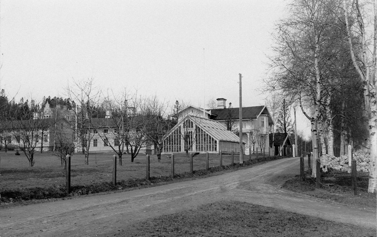Tunadals sågverkssamhälle. Den nedersta byggnaden med orangeriet är nu rivet. Där går nu landsvägen mot Johannedal. Vykort.