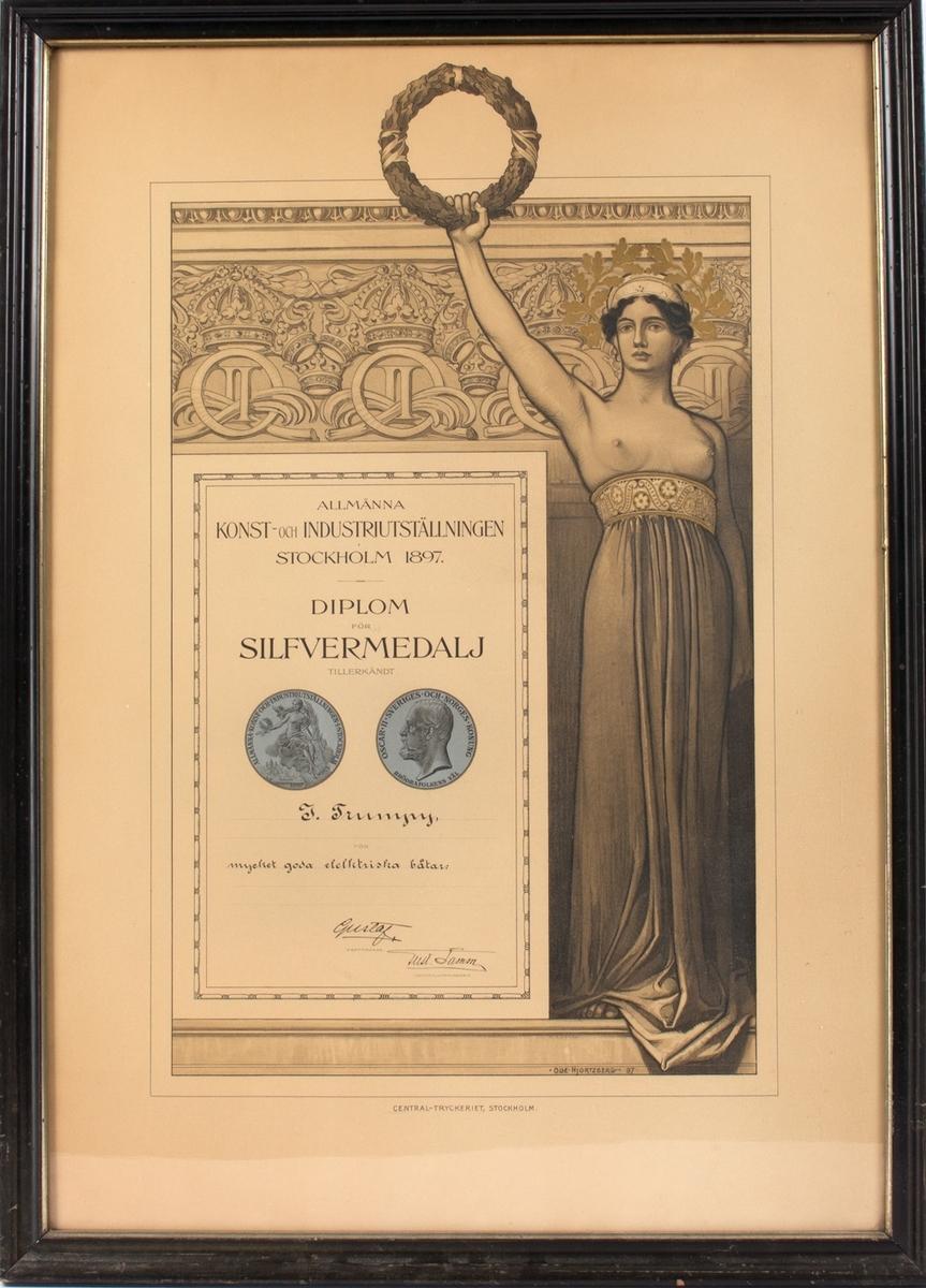 Bilde med diplom tildelt J. Trumpy fra Allmänna Konst- och Industriutställningen Stockholm 1897. Motiv av en kvinne kun iført langt skjørt som holder en krans i venstre hånd løftet opp over hodet.