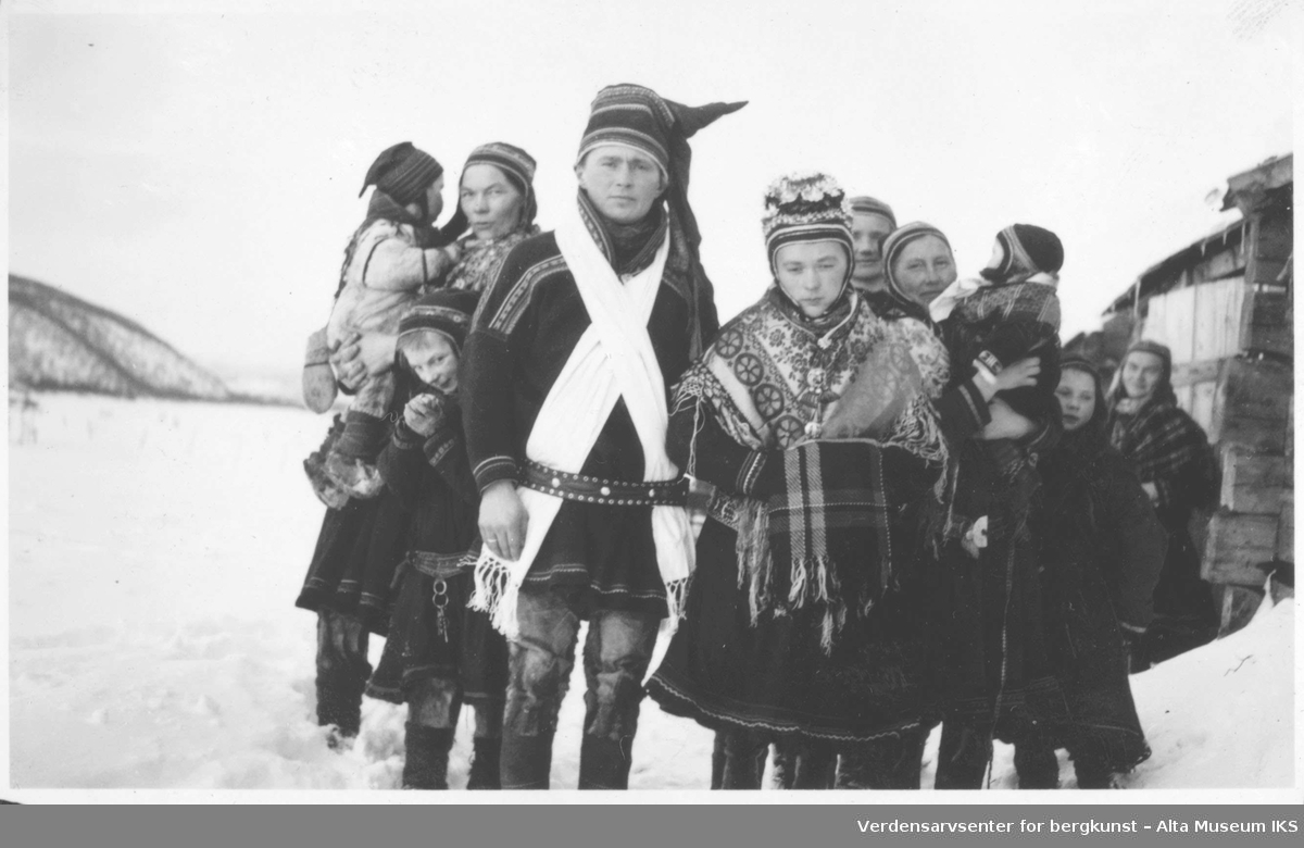 samisk brudepar bryllup kvinner barn kofter