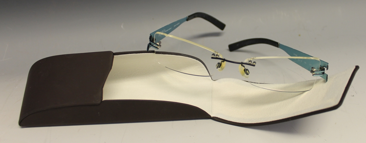 rektangulær form. Lokket vippesm opp og lukkes ved magnet. Briller fra RIM ligger inni.