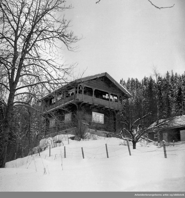 Østmarka, Sarabråten. Turisttrafikken er nede i en bølgedal, men om vinteren er det mange skigåere i området. Februar 1953