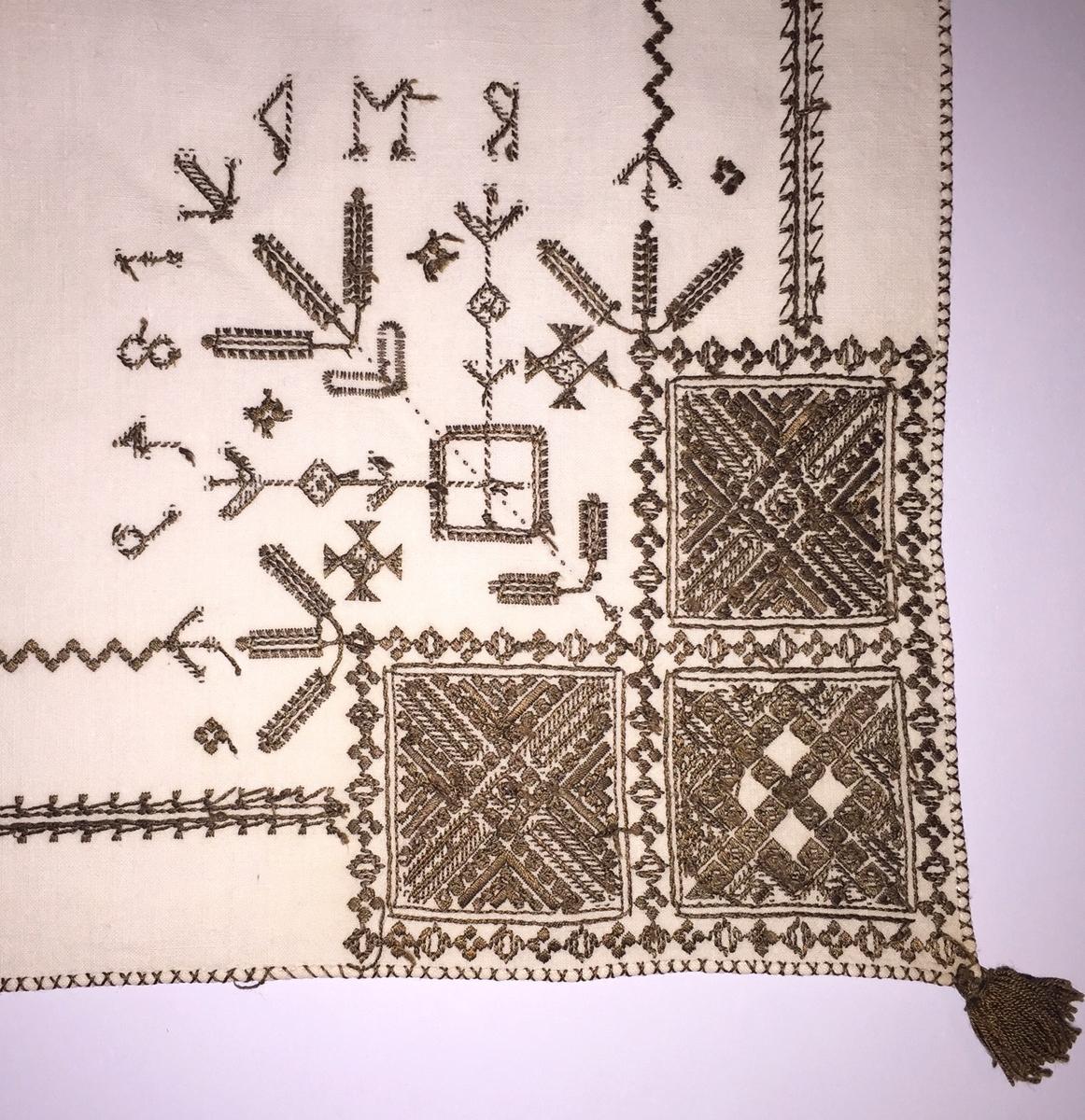 Geometriskt mönster i kvadrater i hörnen. Två bårder mellan kvadraterna på ryggsnibb och framsnibbar.  På ryggsnibben tre kvadrater och en  majstångsspira samt märkning med årtal och initialer. På varje framsnibb en kvadrat och en trekant. Nio  ortnament.