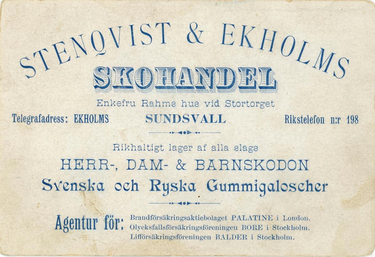 Reklamtryck (kort 8x12) för Stenqvist & Ekholms skoaffär. Storgatan 24, i Rahmska huset. Anrik skoaffär som startade sin verksamhet 1879. Föregångare till SkoRing. Flyttade senare till Storgatan 22 i Kihlmanska huset.