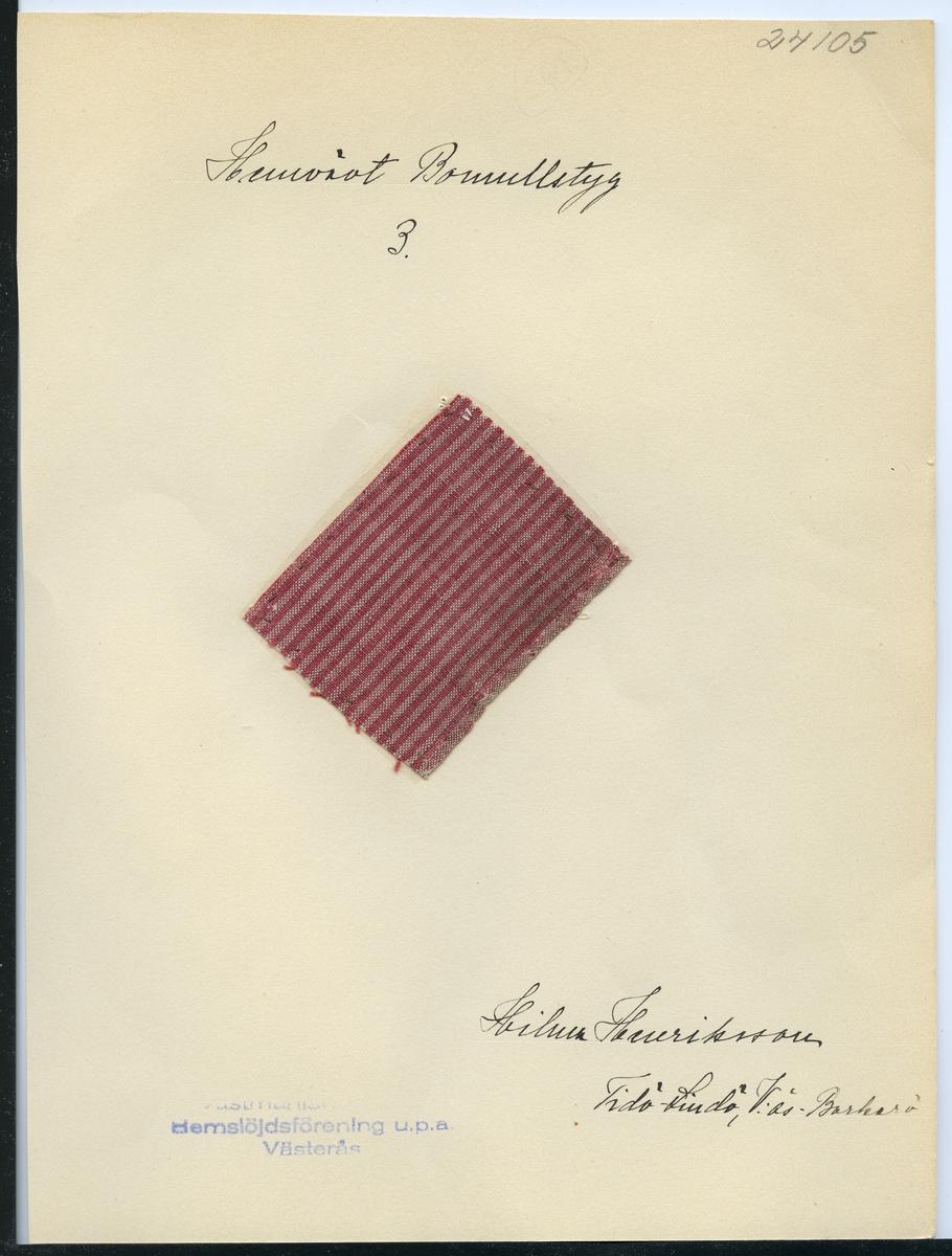 Anmärkningar: L; 64 B; 48 Vävprov av bomull i tuskaft, randigt i vitt och rött. Inslaget är rött. Tidigare ägd av Hilma Henriksson, Tidö Lindö, Västerås - Barkarö. Insamlad och skänkt av Olga Anderzon Västra Bergsgatan 8 Västerås.