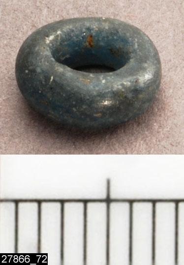 Anmärkningar: Badelunda sn, Tuna undersökt 1952-1953 Pärla, från båtgrav daterad till yngre järnålder, 850 e.Kr. (Vikingatid)  Pärla av glas, från grav 75 (fyndnr 72). 1 st liten blå. Diam ca 8 mm  Den ursprungliga ordningen på pärlorna, enligt tidigare registrering: Pärlrad 1: (fyndnr) 34, 99, 87, 50, 83, 52, 104, 73, 128, 126, 117, 51, 54, 130, 21, 29, 82, 57, 62, 129, 135, 119. Pärlrad 2: 49, 115, 42, 63, 28, 48, 22, 47, 26, 118, 35, 32, 66, 64, 103, 40, 108, 71, 78, 107, 79, 134, 72, 143, 70, 61, 76, 85, 92, 141, 68, 100, 101.  Tidigare dubbelregistrerad som pärlband under invnr 28008. Pärlorna från grav 75 har omregistrerats av Access-projektet 2007 och då registrerats på enskilda poster under sitt ursprungliga (från rapporten) fyndnummer.  Litteratur Nylén, E. & Schönbäck, B. 1994. Tuna i Badelunda. Guld kvinnor båtar I. Västerås kulturnämnds skriftserie 27. Västerås. s 44ff. Nylén, E. & Schönbäck, B. 1994. Tuna i Badelunda. Guld kvinnor båtar II. Västerås kulturnämnds skriftserie 30. Västerås. s 112 ff, 150ff, 200.  Fotograferad teckning negnr A-7422