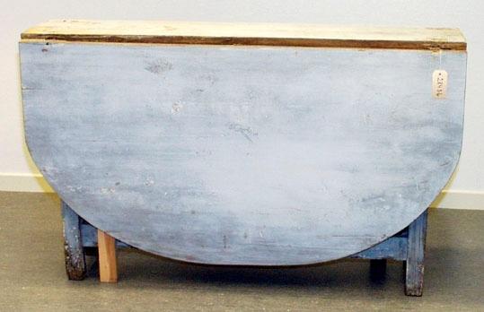 Anmärkningar: Slagbord,  omkring år 1800, Gråmålat och ommålat grått. Skivorna är halvmåneformade. Enligt uppgift var de från början fyrkantiga men sågades av i samband med en fest. Ett benstöd senare. Benen är raka och utan dekorationer. Sex gångjärn, tre på vardera sida, samtliga original.