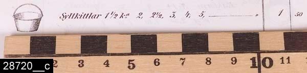 Anmärkningar: Syltkittel, 1800-tal.  Rund kittel med två handtagsöron av järn. I botten finns spår av laxstjärtformade hopfogningar (bild 28720__b). Kittlar liknande invnr. 28720 är avbildade i priskuranter från Skultuna under större delen av 1800-talet. I en priskurant från 1868 framgår det att kittelmodellen benämndes syltkittel (bild 28720__c). H:130 D:300 Br:325 (avser måttet diameter samt handtagens mått)  Tillstånd: Handtag saknas.  Historik: Gåva från SAPA AB, Division Service, 2002. Föremålet stod i ett skyddsrum på bruksområdet i Skultuna.