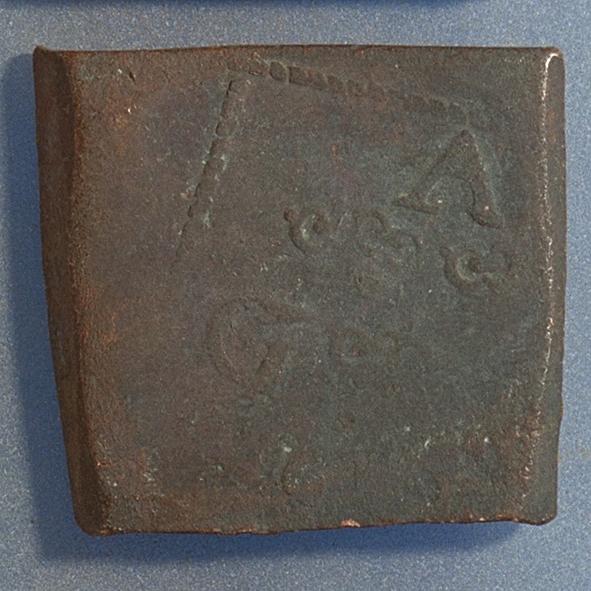 1- öre Fyrkantigt mynt. Åtsidan: tre kronor placerade i V-form, svagt delvis synliga. Versalerna G A R svagt synliga. och placerade i upp och nedvänd V-form med G till vänster, A ovanför och R till höger om kronorna. Det fyrsiffriga präglingsåret - längst ner på myntet - är delvis oläsligt,  ? Ocentrerad prägling. Ram delvis synlig. Frånsidan: två korsade pilar under en krona, svagt  delvis synliga. Till vänster höger om pilarna siffran 1, till höger versalerna ÖR, svagt  synliga. Ocentrerad prägling. Ram delvis synlig. Nuvarande skick: bägge sidor slitna.  åtsidan sliten  frånsidan sliten.   jack  valsklump   korroderat   krackelerat Vikt: 29,6 gram.