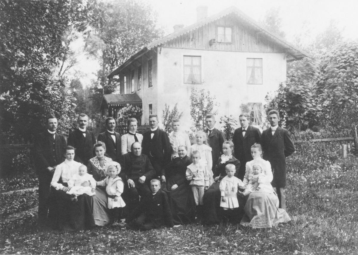 Abraham och Magdalena Nilsson med barn och barnbarn framför den gamla säteribyggnaden Bollagård vid Slättövägen i Forsheda. Mangårdsbyggnaden revs i mitten av 1950-talet.