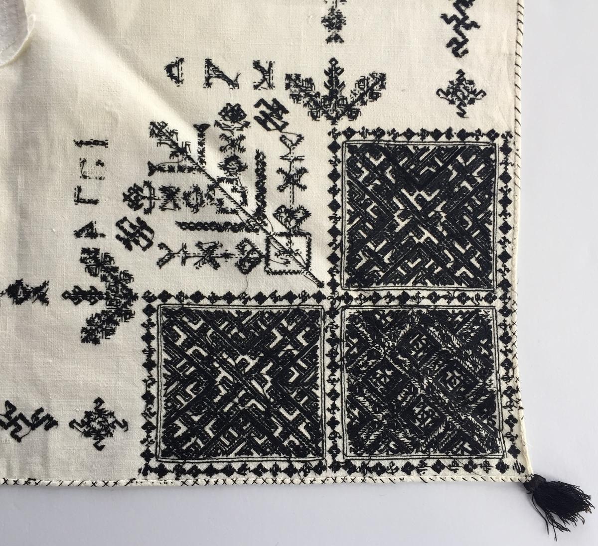 Geometriskt mönster huvudsakligen i rätlinjig plattsöm i kvadrater i hörnen. Två bårder mellan kvadraterna på ryggsnibb och framsnibbar.  På ryggsnibben tre kvadrater och en  majstångsspira samt märkning med årtal och initialer. På varje framsnibb en kvadrat och en trekant. Sex ornament.