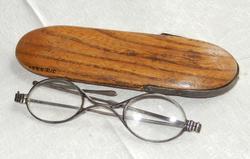 Glasögon med ovala glas och metallbåge. Skalmarna består av två delar 936ebd4692bca