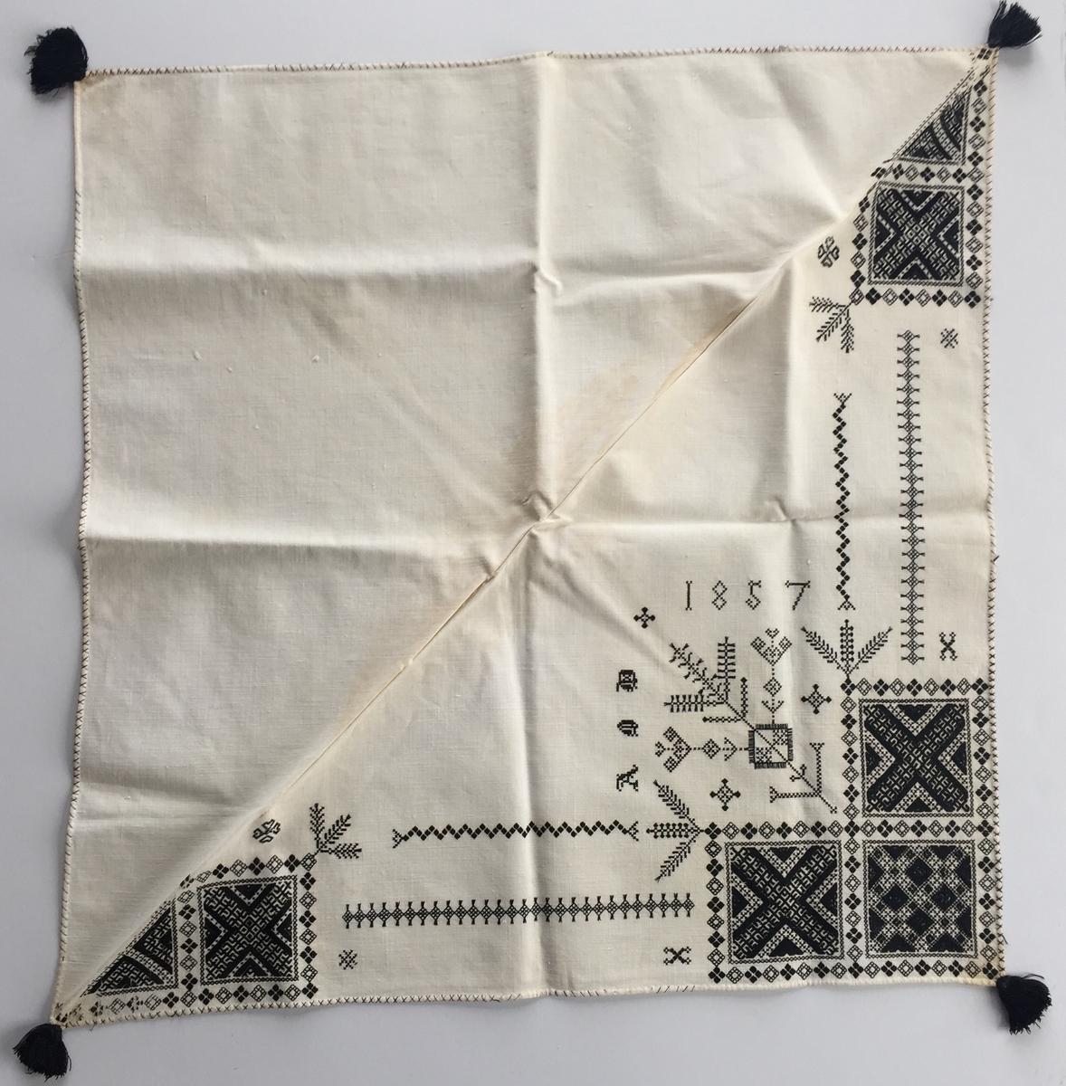 Geometriskt mönster i huvudsak i rätlinjig plattsöm  i kvadrater i hörnen. Två bårder mellan kvadraterna på ryggsnibb och framsnibbar.  På ryggsnibben tre kvadrater och en  majstångsspira samt märkning med årtal och initialer. På varje framsnibb en kvadrat och en trekant. Nio ornament.