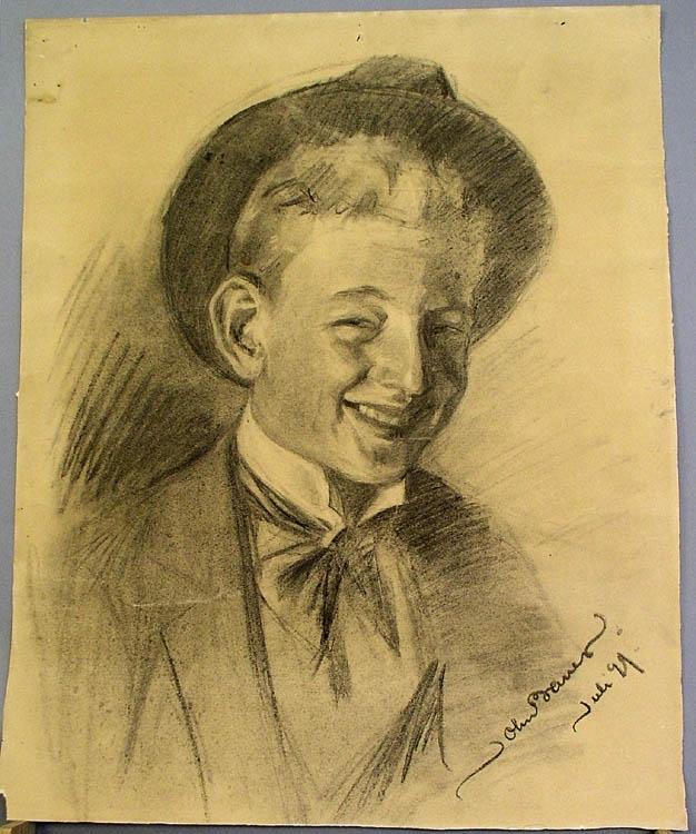 Kolteckning på brunt papper föreställande ett självporträtt av John Bauer. Skrattande med hatt på nacken, iklädd vit skjorta, kavaj och kravatt.  Baksida: Tecknad bild av sittande pojke i sjömanskostym och hatt.