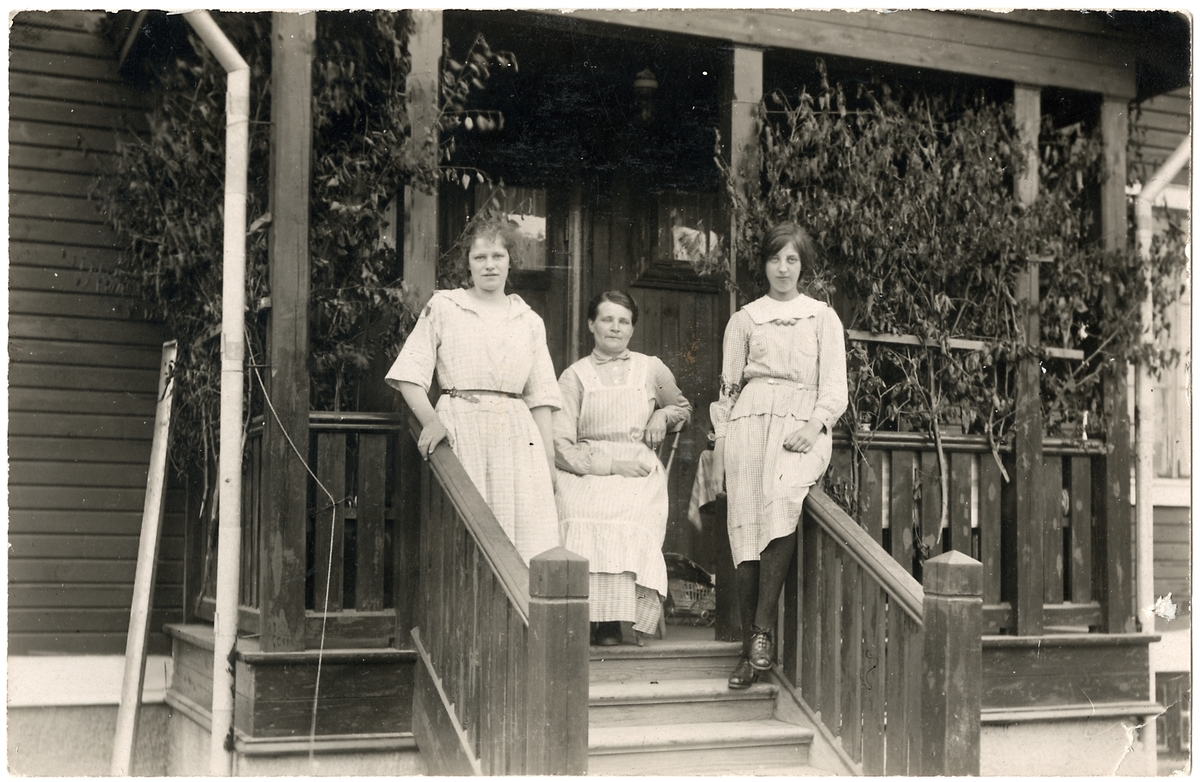 Hyresgästen Fru Krutmeijers piga Gerda, Ida Hallsenius och Astrid Jansson.
