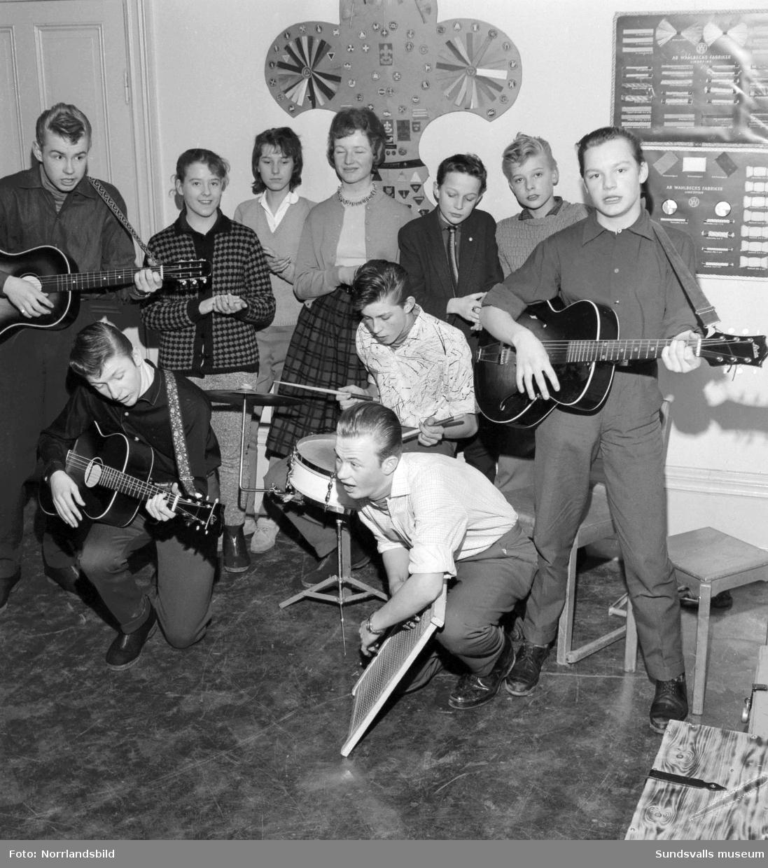 Fikaträffar för ungdomar i en lokal i Sundsvall. Bild två: Fem killar står för underhållningen på gitarr, trummor och tvättbräda.