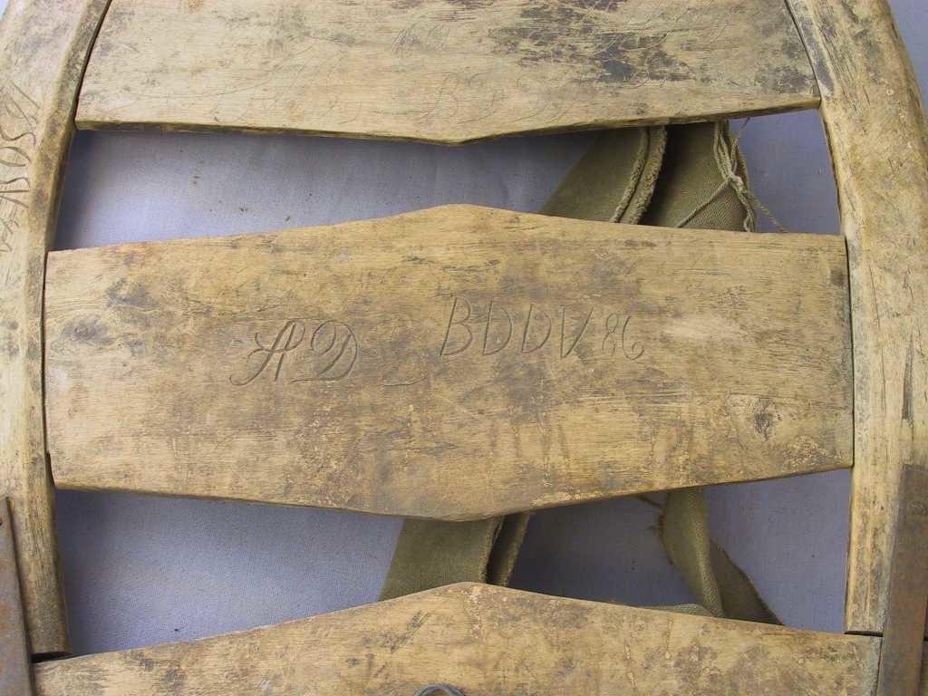 """Bogen (ramma) på meisen er laga av to trestykke som er felte saman med Z-skøyt midt oppå, og med eit jernbeslag på kvar side, med naglar igjennom. Det er 2 tverrfjøler som er felte inn i ramma. Ramma er fest til botnfjøla med 2 jernbeslag på kvar side, og med naglar gjennom. Som vanleg er det ei lita""""hylle"""" nedst på botnfjøla til å setje til dømes ein holk på. Midt framme er det ei hempe av jerntråd (dobbel hesjetråd).  Selane er laga av tjukt og sterkt lerretsstoff, og er feste til lykkjene oppe og nede delvis med jerntråd."""