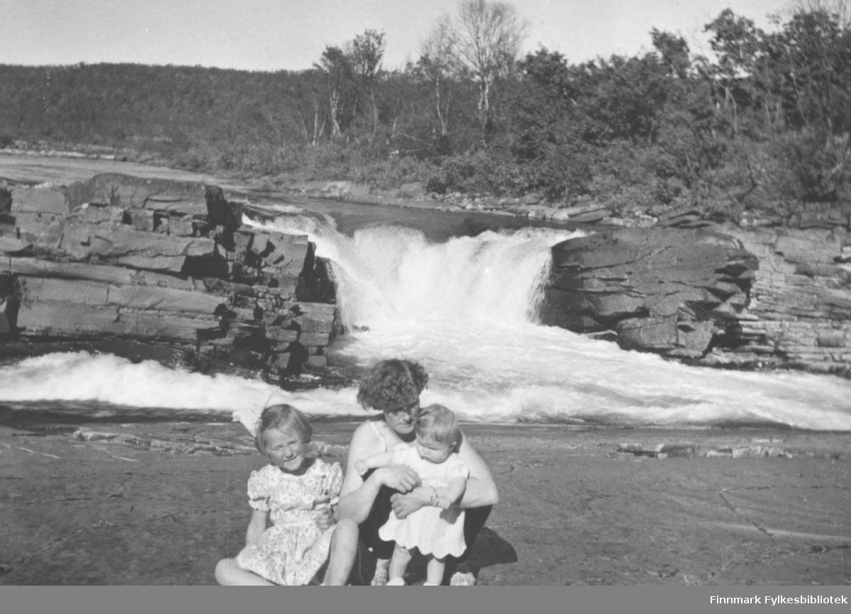 Familiebilde, mor med to barn. Familiealbum tilhørende familien Klemetsen. Utlånt av Trygve Klemetsen. Periode: 1930-1960.