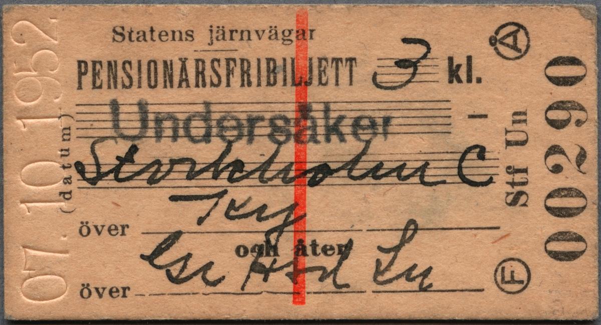 """Gul-beige Edmonsonsk biljett med tryckt text i svart: """"Statens Järnvägar PENSIONÄRSFRIBILJETT 3 kl. Undersåker-Stockholm C över Ky och åter över Ge Hsd Lu"""". Det översta ortnamet är tryckt i svart på linjerat skrivfält och övrig text rörande resväg och klass är handskrivet med kulspetspenna på linjerade skrivfält. Biljetten har datumet """"07.10.1952"""" präglat på vänster kortsida och under detta står """"(datum)"""" tryckt i svart. På höger kortsida till vänster, står ett stort """"F"""" inom en cirkel och på motstående sida ett stort """"Å"""" på samma sätt. Längst ner på höger kortsida står biljettnumret """"00290"""". Övrig text på biljetten är tryckt på långsidan. På mitten finns ett rött streck som går från över- till underkant.  Baksidan har texten """"För f. d. banvakten Lars Ericsson Utfärdat av (sign.) [svårtolkad text]"""", där namn och signatur är handskrivet med kulspetspenna på linjerade skrivfält. Det finns en dubblett utan text i skrivfälten, annat datum och biljettnummer."""