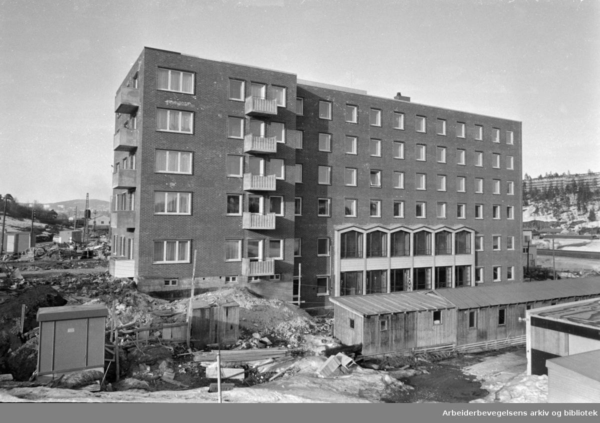 """""""Elevator"""" / Ole Deviks vei 20, Bryn. Frelsesarmeen åpner sitt store nye sosialbygg, industri- og attføringsbygget """"Elevator"""" for tidligere innsatte i fengsler. April 1966"""