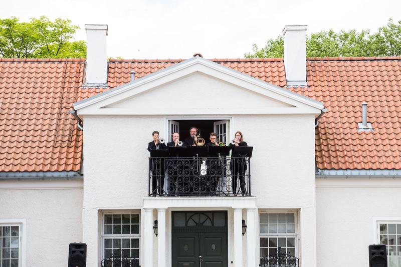 """Urframføring av """"Fanfare for gårdsklokke og blåsere"""" av Audun Berg Selfjord. Foto: Jan Ove Iversen"""